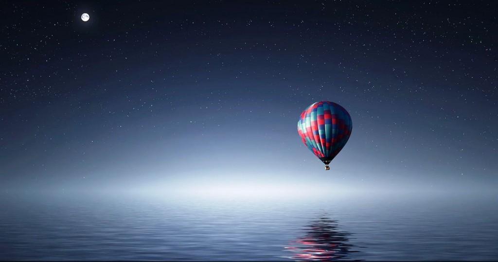 hot-air-balloon-over-sea-wallpaper